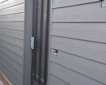 Eternit Siding Cedral Wood afwerking aan deur