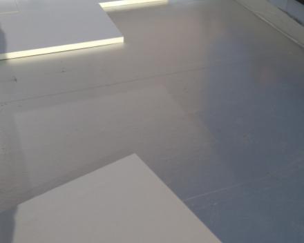 Dampscherm aludex geplaatst met hechtprimer FG35 op osb-plaat en Recticel Powerdeck F isolatie verlijmd met Soudatherm roof 250.