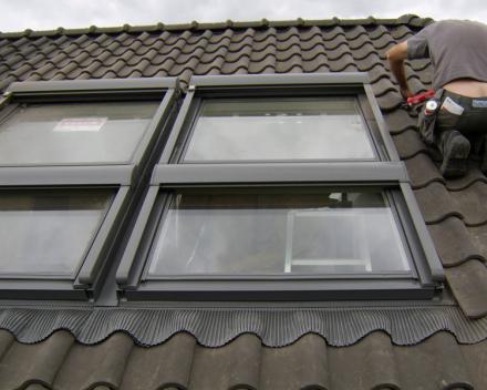 combinatie Velux 2x vast glaselement + 2x Velux integra elektrisch dakvenster + 4x integra elektrisch zonnescherm