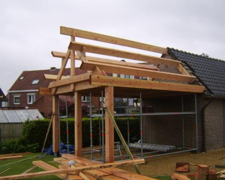 Carport in douglas hout aangebouwd aan garage. Hout dikte voorzien voor dragen zonnepanelen